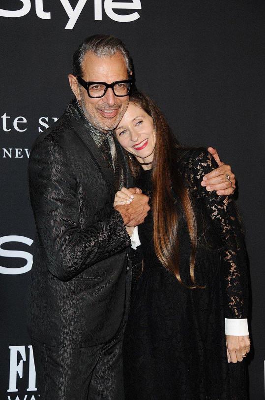 Goldblum vedle mladší manželky jenom kvete.