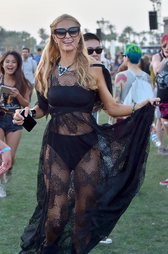 Rodinu Hiltonových odjela letos na festival Coachella reprezentovat pouze Paris.