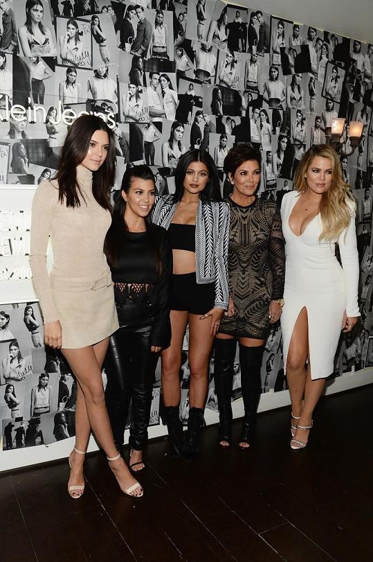 Rodina na akci Calvin Klein v čele s hlavní hvězdou Kendall Jenner (vlevo)