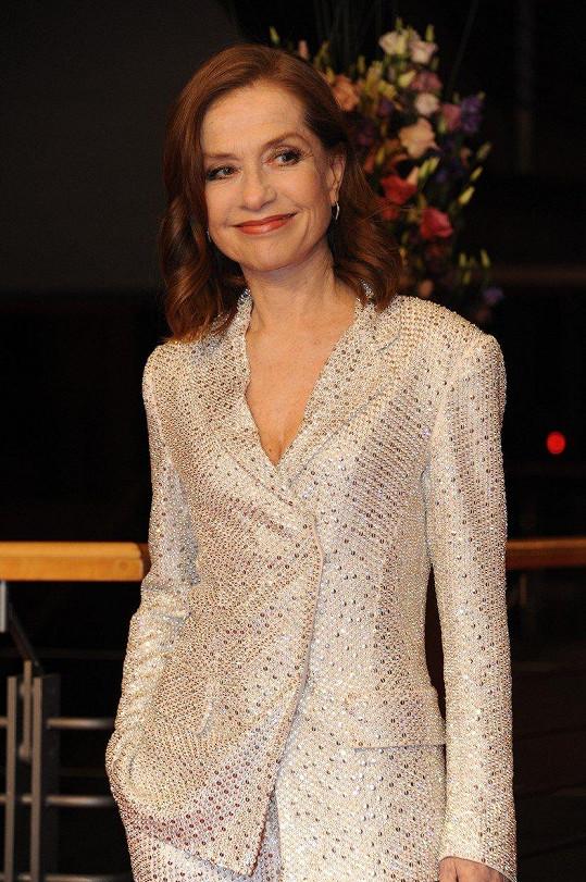 Na premiéru Evy zvolila bílý kostýmek.