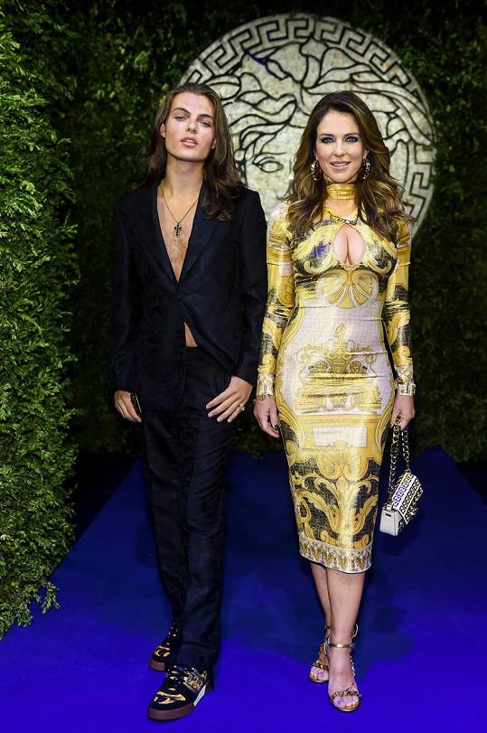 Elizabeth Hurley a Damian Hurley vyrazili na přehlídku Versace v Miláně.