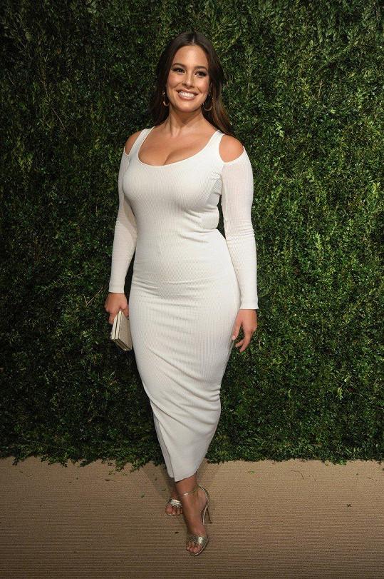 Ashley Graham se bílé barvy nebojí.