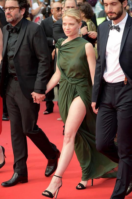Už na první premiéru, na kterou se během festivalu v Cannes vydala, oblékla odvážný model.