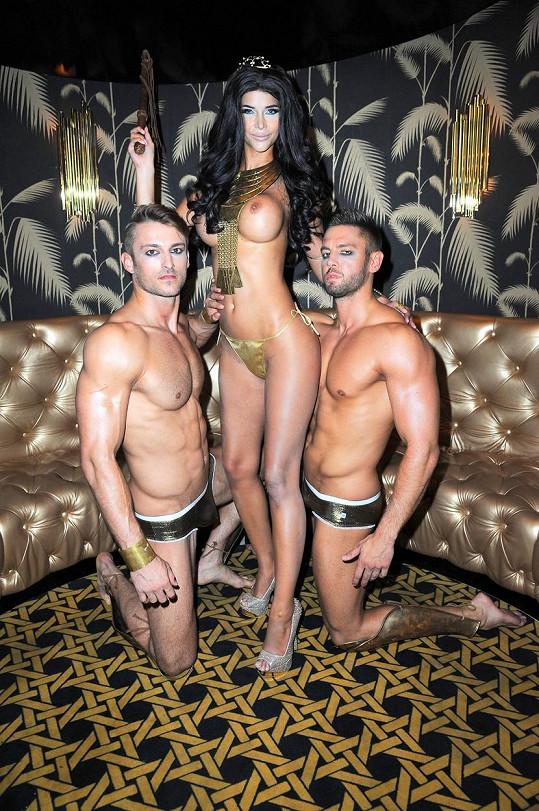 Micaela Schaefer propaguje pánské spodní prádlo. Stylizovala se do role Kleopatry.