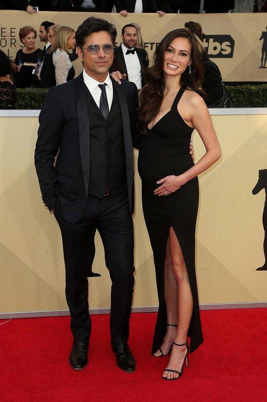 Herec John Stamos se díky mladší manželce Caitlin McHugh dočkal syna Billyho.