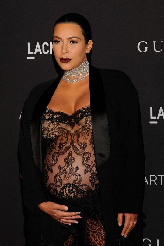 Těhotná Kim se narvala do průsvitného oblečku.