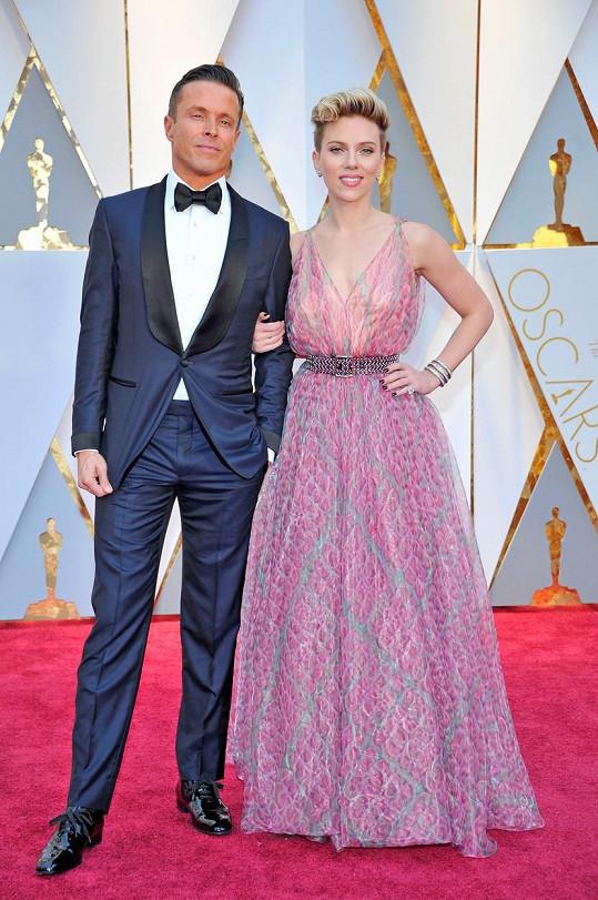 Scarlett Johansson přišla se svým agentem. Bude z toho něco víc?