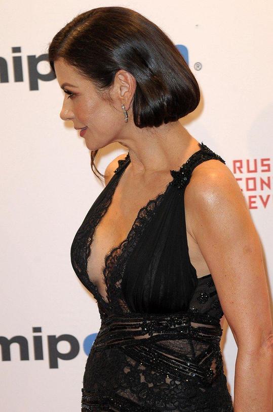 Herečka oblékla šaty s odvážným výstřihem.
