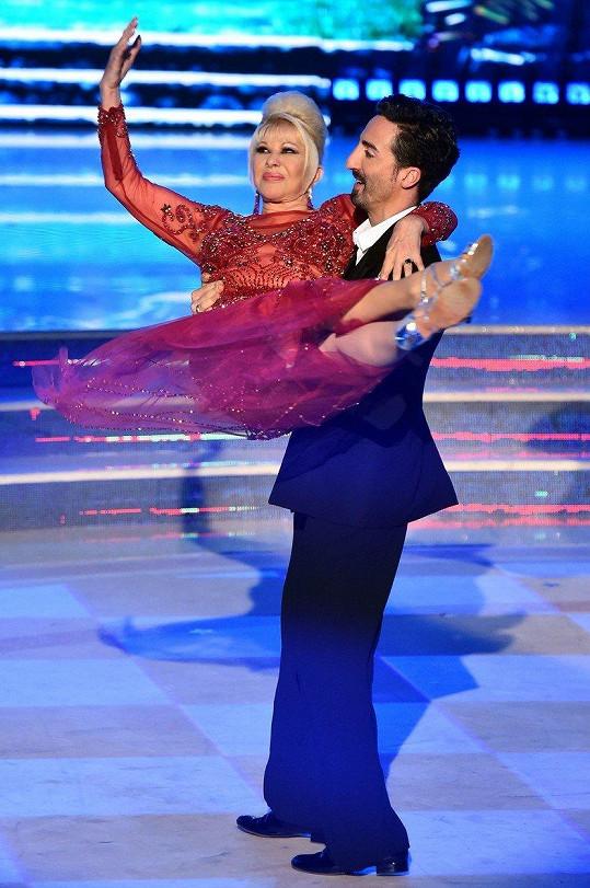 Ivana v náruči profesionálního tanečníka Samuela Perona