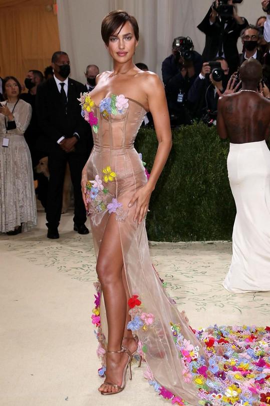 Irina Shaky oblékla polonahé šaty značky Moschino.