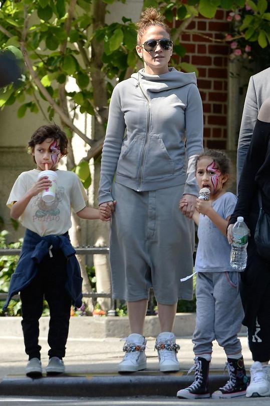Zpěvačka s dvojčaty Maxem a Emme