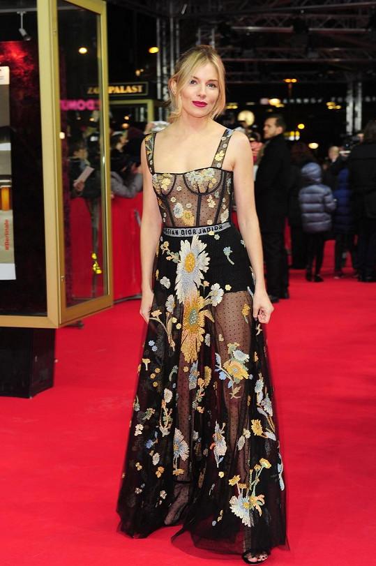 Herečka zvolila šaty z průsvitného materiálu.