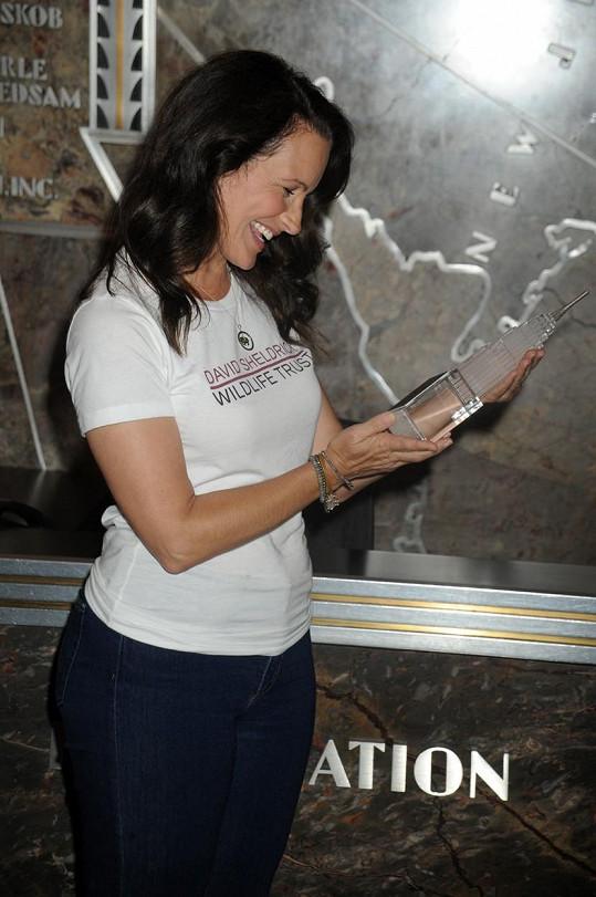 Davis obdržela za svou aktivní charitativní činnost miniaturu slavné budovy.