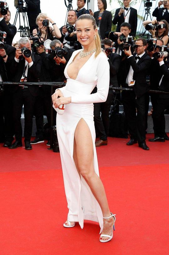 Vloni v Cannes Petra ukázala nejen bujný dekolt.