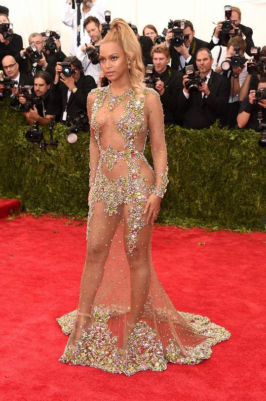 Beyoncé vsadila v roce 2015 rovněž na model od Givenchy a odhalila v něm hodně kůže. Přesto vůbec nepůsobila vulgárně a vypadala jako lesní víla.