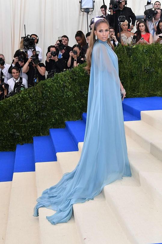 Práškově modrý plášť Valentino Jennifer Lopez se dokonale hodil k její opálené pokožce.