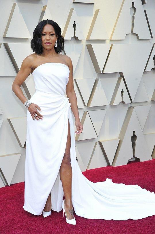 S bílou to herečky tento rok nepřeháněly. O to více tedy zaujala Regina King v asymetrických šatech s aranžovanými detaily Oscar de la Renta.