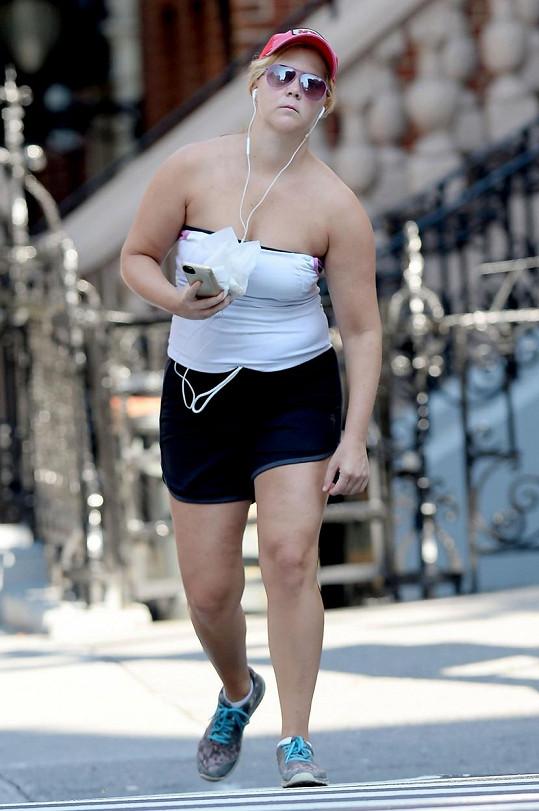 Amy Schumer ve vyhřátém New Yorku sotva šla...