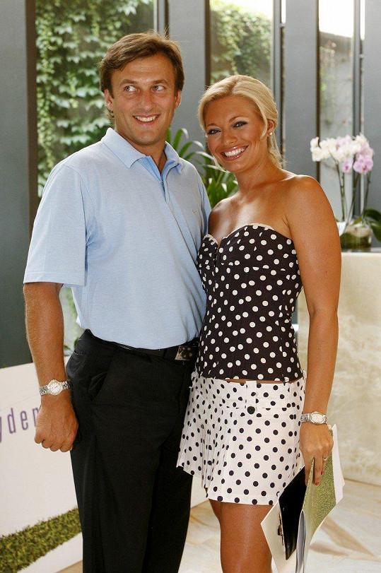 Alan tvořil řadu let pár s Lucií Borhyovou.