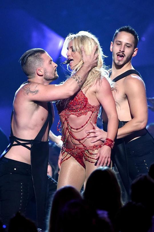 Provokování tanečníků je pro zpěvačku typické...