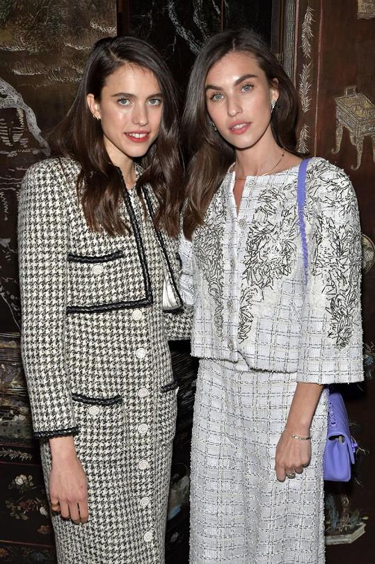Margaret (vlevo) a Rainey Qualley zavítaly na přehlídku značky Chanel do Paříže.