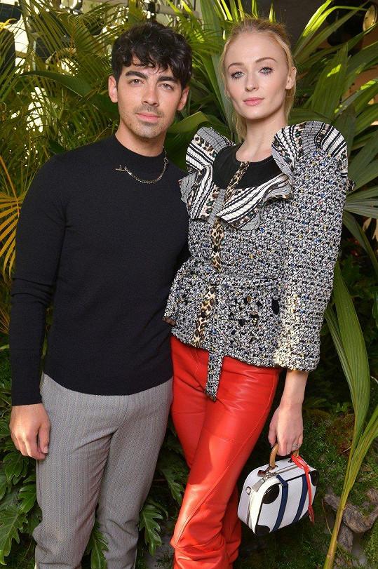 """Sophie s manželem Joem Jonasem, který jí prý """"zachránil život""""."""