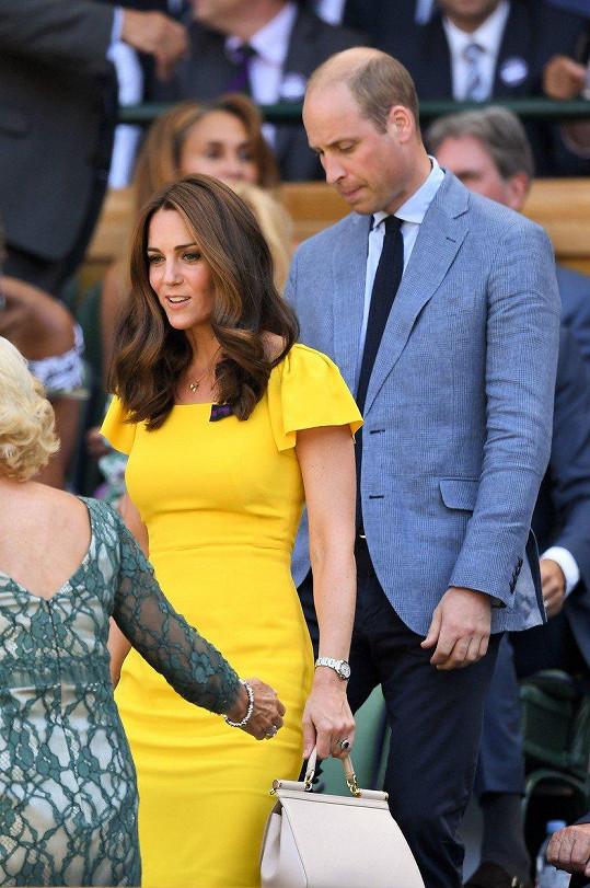 Kate zvolila šaty, které podtrhly její štíhlou postavu.