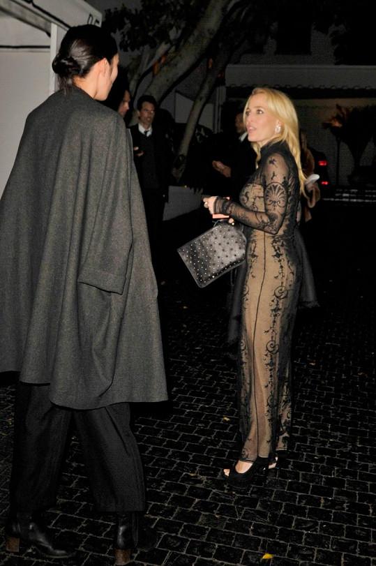 Takhle její hanbaté šaty vypadaly z boku.