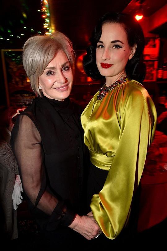 Sharon nedávno změnila svůj účes a přestala se barvit. Na snímku s Ditou Von Teese.