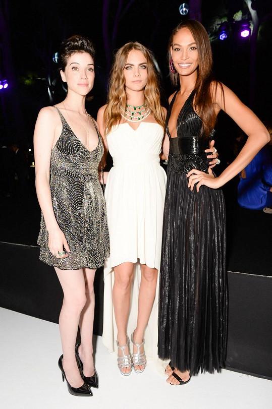 Na festivalu v Cannes se Cara objevila společně s tehdejší přítelkyní St. Vincent (vlevo) a kamarádkou Joan Smalls.