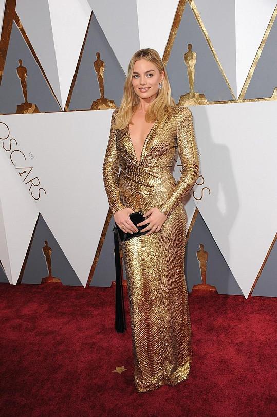Byl to záměr, nebo pozoruhodná náhoda, že Margot Robbie vypadala ve zlaté róbě s povrchem připomínajícím kůži aligátora jako soška Oscara? Herečka model ve stylu sedmdesátých let doplnila černým psaníčkem s efektním střapcem a sametovými střevíčky.