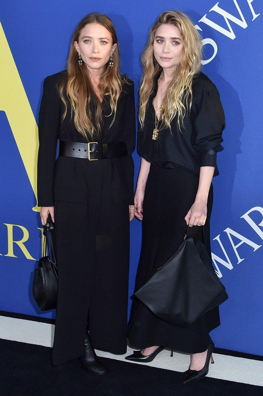 Mary-Kate a Ashley Olsenovy oblékly volné róby.