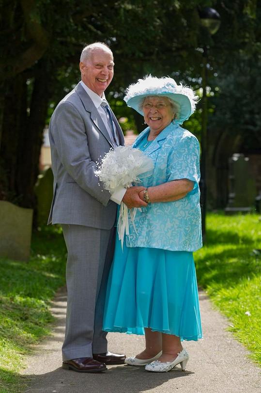 Novomanželé u kostela, kde konečně oficiálně spojili své životy.