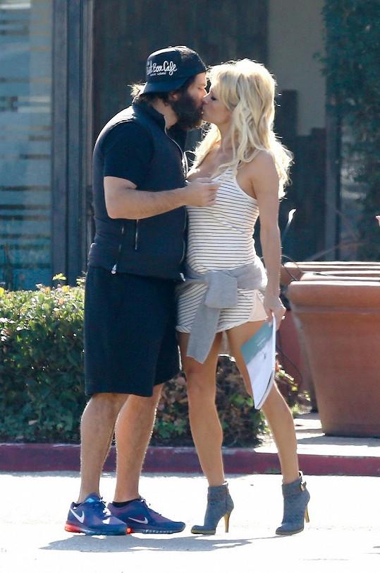 Pamela Anderson dostala chuť na intimnosti přímo na ulici.