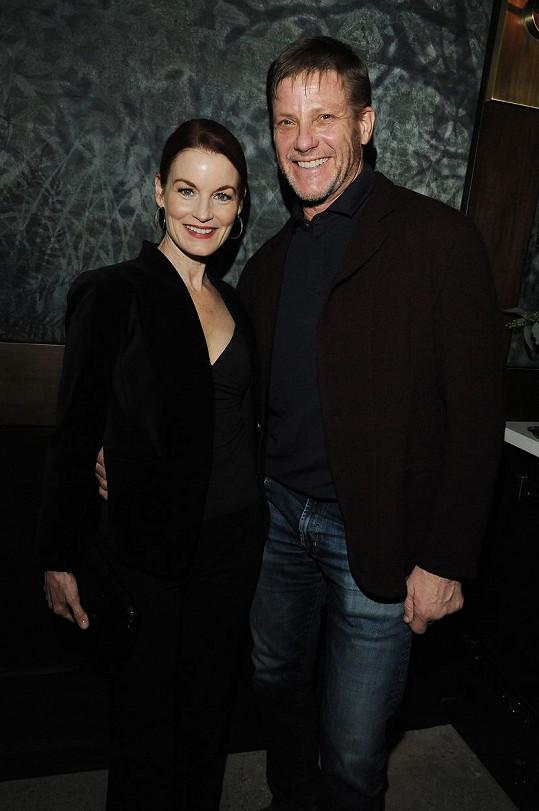 Laura Leighton a její seriálový kolega Doug Savant, kterého si v roce 1998 vzala a mají spolu dvě děti.