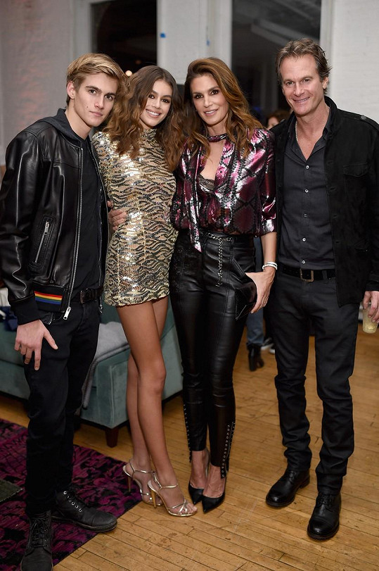 Cindy s manželem Randem Gerberem a jejich dětmi Presleym a Kaiou