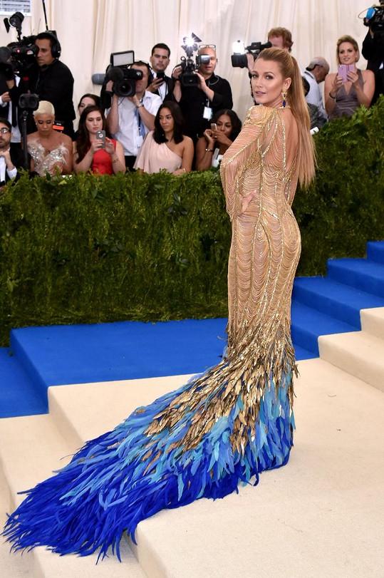Pohádku O ptáku Ohniváku povídala Blake Lively v modelu z ateliéru Versace. Zlatá róba, tvořená prověšenými řetízky s peřím zdobenou vlečkou, patřila mezi největší skvosty večera.