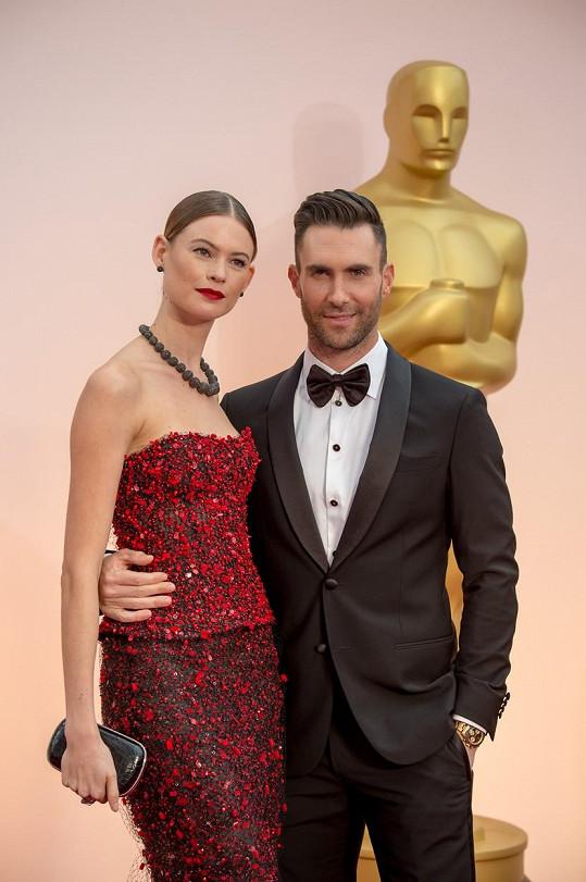 Adam Levine se svou manželkou Behati Prinsloo na letošním udílení Oscarů