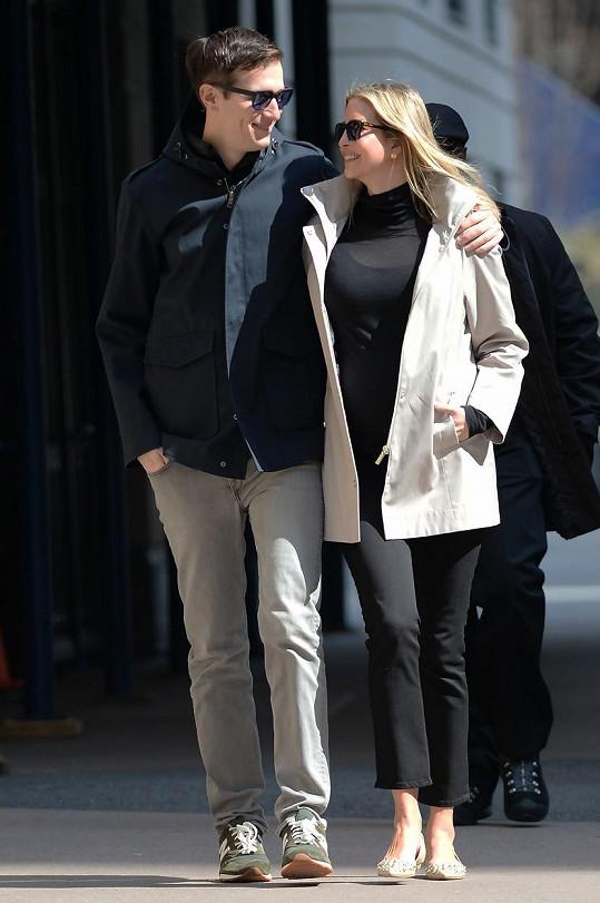 Fotografové zachytili Ivanku s manželem v neděli ráno v New Yorku při cestě ze snídaně.
