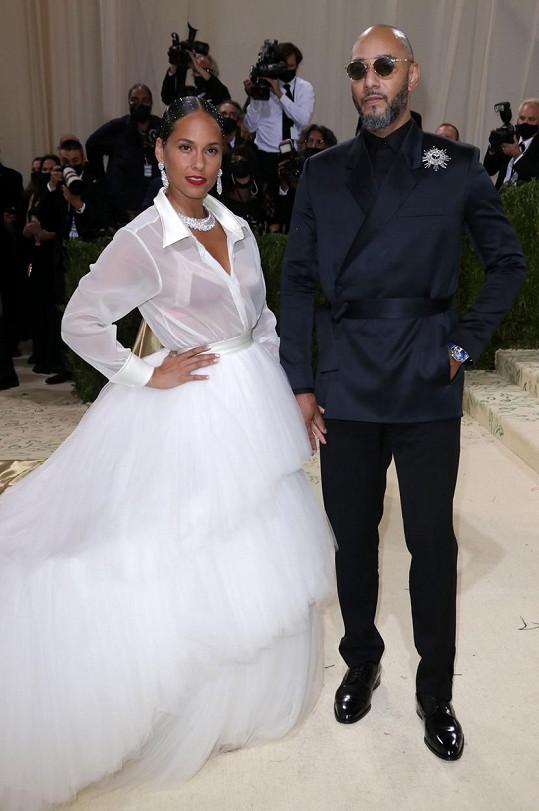 Alicia Keys s manželem. Bílé šaty jsou značky AZ Factory.