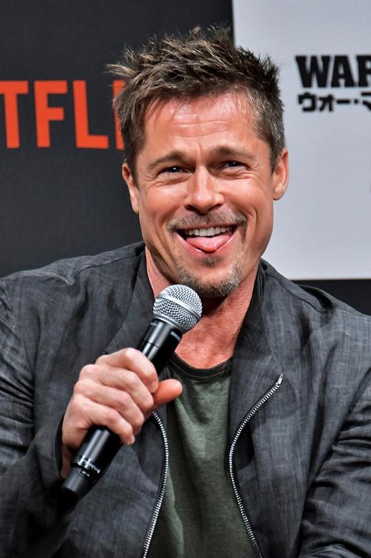 Brad Pitt postával v kostýmu kuřete před fast foodem.