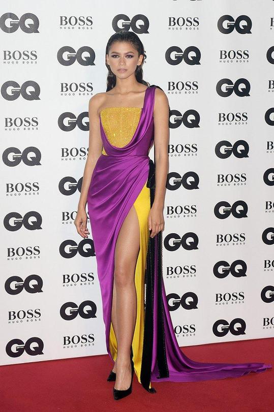 Zpěvačka Zendaya ukázala nožku v barevných šatech s rozparkem.