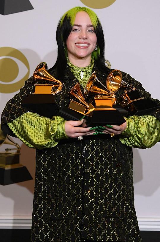 Billie Eilish nejdéle nosila účes s na zeleno odbarvenými kořínky.