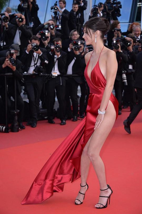 Modelku šaty potrápily, ale tady ještě možné faux-pas před fotografy ustála.