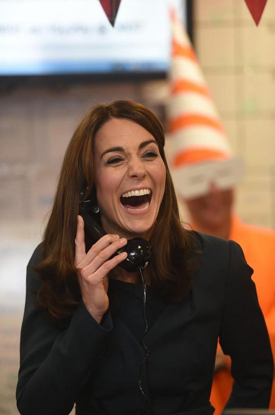 Kate si vyzkoušela, jak se uzavírá obchod po telefonu.
