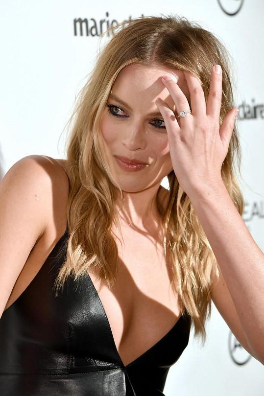 Margot ukázala snubní prsten.