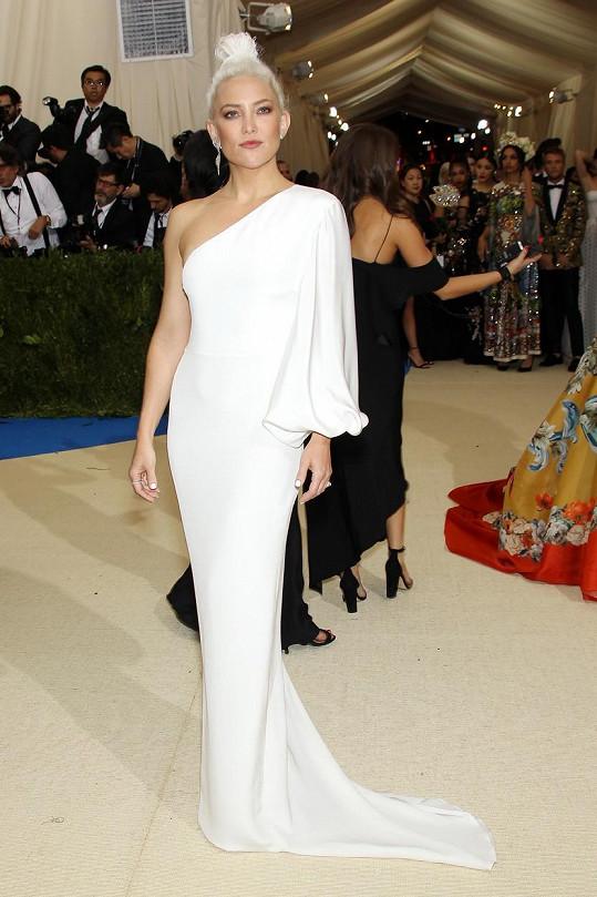 Bílá paní Kate Hudson sladila sněhobílé šaty, asymetricky řešené přes jedno rameno, v minimalistickém pojetí od Stelly McCartney s platinovým až zářivě bílým vlasovým stylingem.