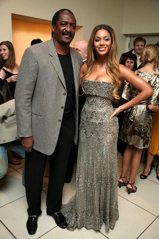 Beyoncé na archivním snímku s otcem Mathewem Knowlesem, který si pustit pusu na špacír...