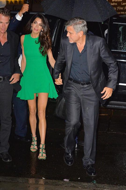 Amal je vedle George jako tintítko.