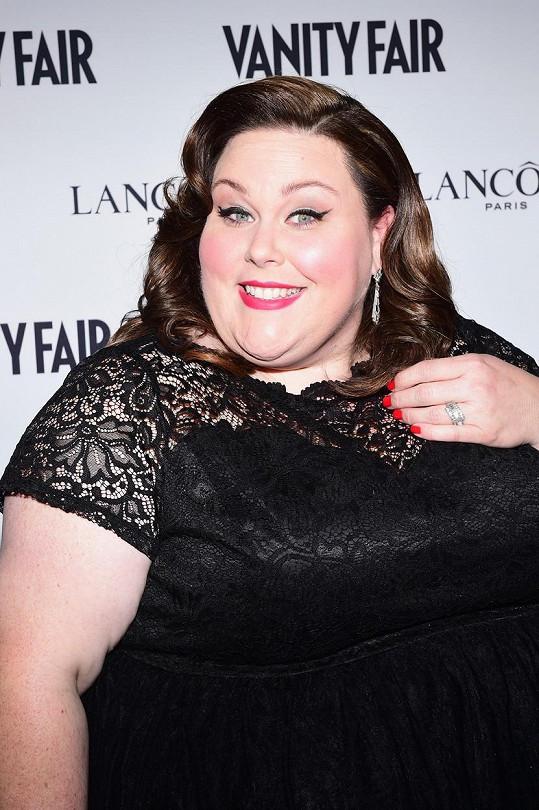 Sympatická herečka na diety kašle.